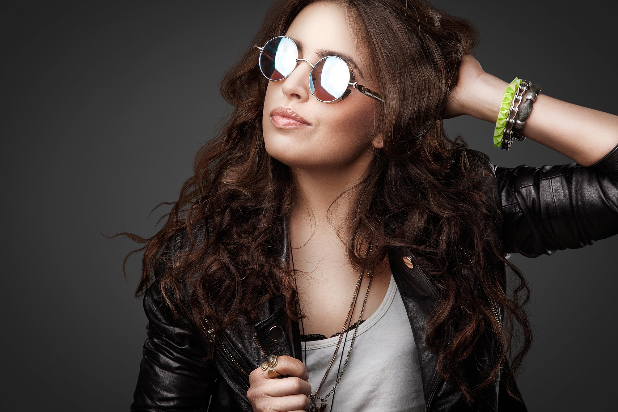 801f84e25 mulher de óculos espelhado – Óticas Zurique